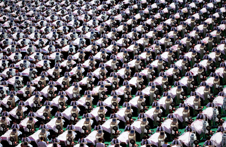 А група от 1000 клиенти получават масаж на лицето в спортен център в Дзинан, провинция Шандонг, Китай, на 4 май 2015 г. На групата от 1000 жени е била направена терапия от 30 минути за красота на лицето заедно, постигаайки световен рекорд на Гинес за най-голямата група от хора, които правят процедура за красота на едно и също място, според местните медии