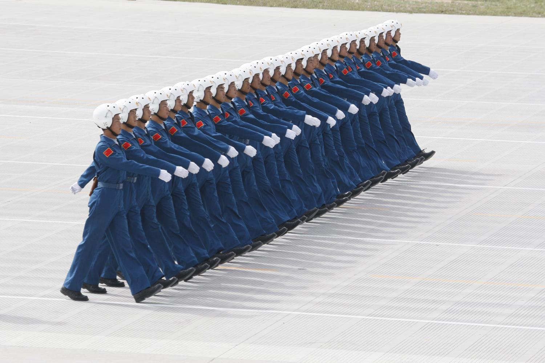 Китайски военнослужещи от Китайските военновъздушни сили упражняват марш в база до Пекин, 2009