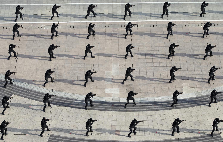Полицаи от специалните части изпълняват антитерористични упражнения в Донгинг, Шандонг 20014