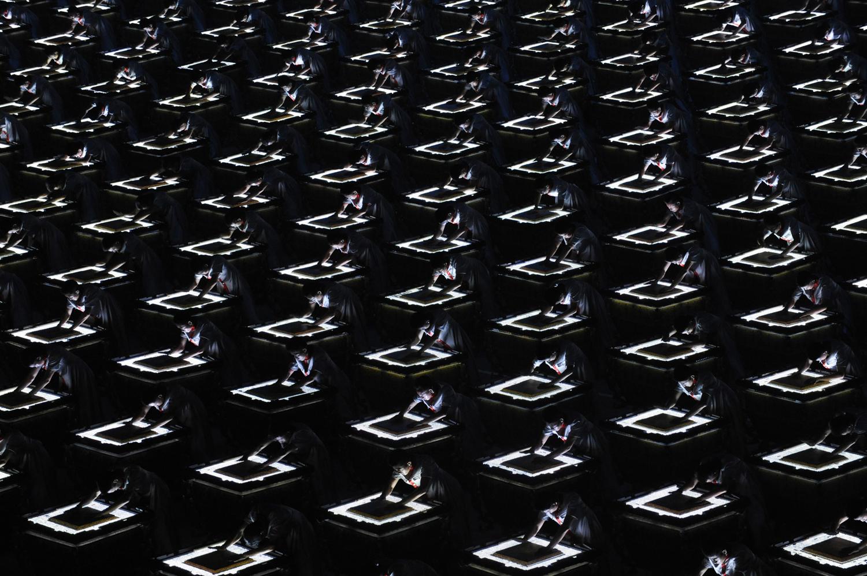 Перкусионисти изпълняват с техните Фу барабани, древни китайски перкусионни инструменти, по време на церемонията по откриването на Олимпийските игри в Пекин 2008 на 8 август 2008