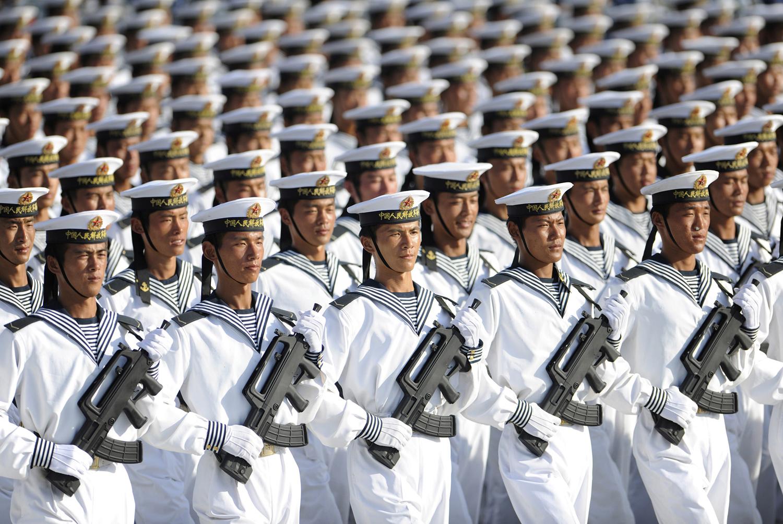 Военнослужещи от военноморские сили на Китайската народна армия във формация по време на тренировка на 60-ия Национален празник  в покрайнините на Пекин на 15 Септември 2009