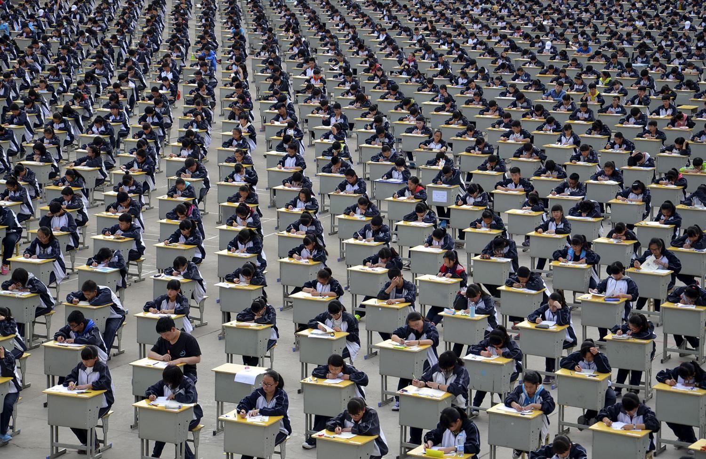 Ученици вземат изпит kd открита площадка в гимназията в Yichuan, провинция Шанси, на 11 април 2015 г. повече от 1700 първокурсници студенти взr;dj участие в изпита, който е първият опит на училището, да бъде взет в открито. Училището обеснява , че причината се дължи на недостатъчното вътрешно пространство, а също и, че това може да бъде тест за организизационния капацитета на студентите.
