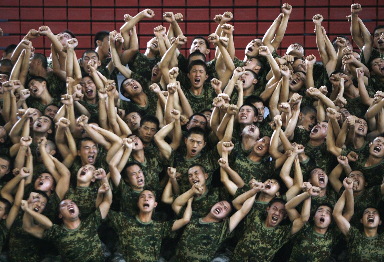 """Войници Народната армия по време на репетиция на музикална драма, озаглавена """"Пътят на Възраждането"""" във физкултурен салон в Пекин на 19 август, 2009."""