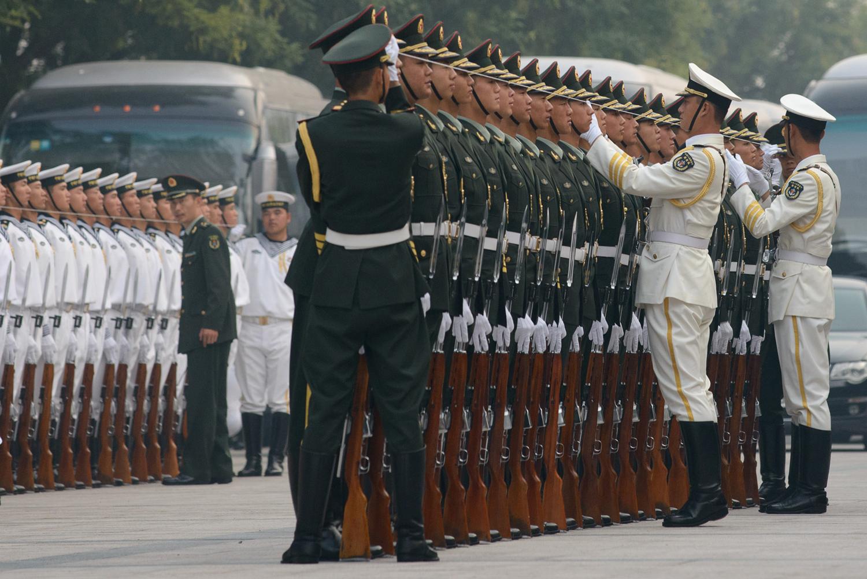 Почетния караул се подготвя за церемонията по посрещането на Афганистанския президент Хамид Карзай в Голямата зала на народа в Пекин на 27 септември, 2013