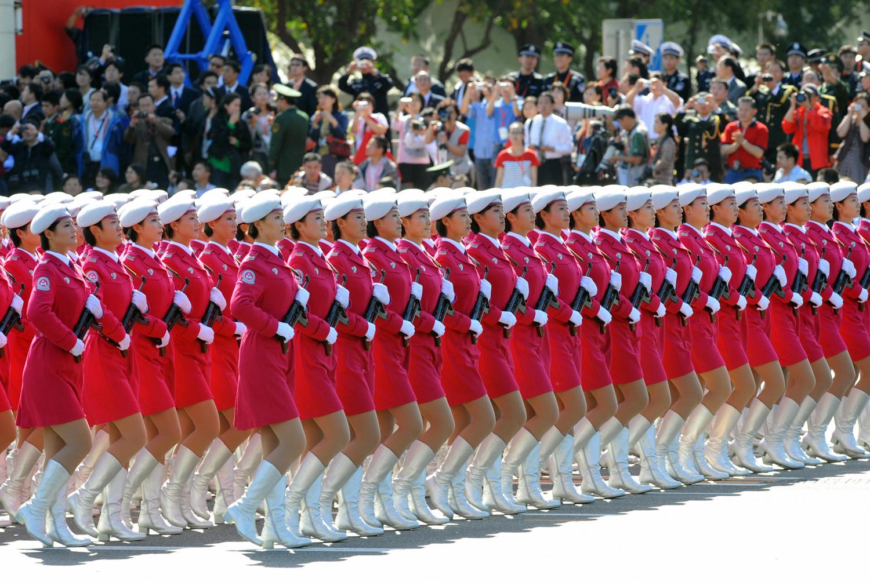 Китайски жени милиционери марширува  по време на парада за Националния ден на Пекин на 1 октомври, 2009.