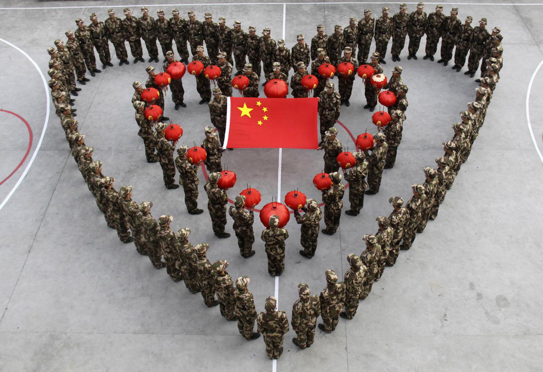Паравоенни новобранци формират сърце, за да отпразнуват предстоящата китайската Лунна Нова година, която се пада на 14 февруари 2010 г., в деня на Свети Валентин, във военна база в Wenzhou, Zhejiang провинция, на 10 февруари, 2010.
