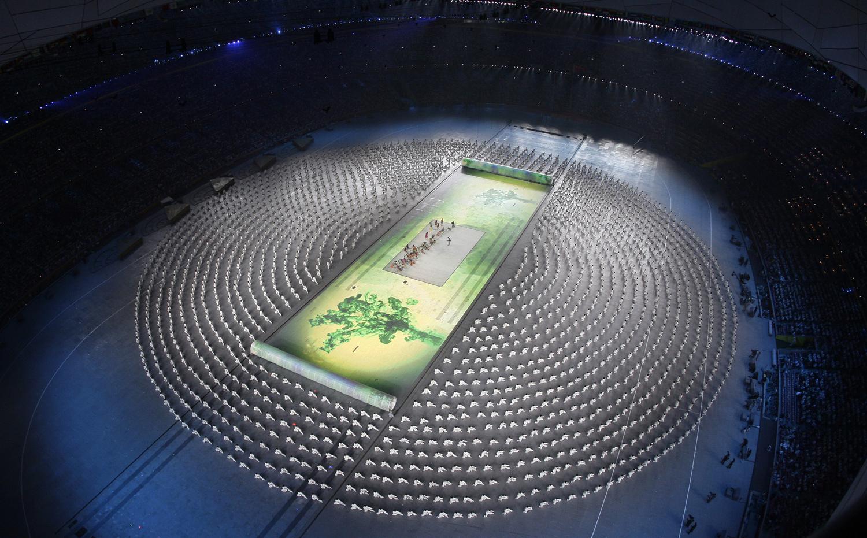 Изпълнители и танцьори в превъртане по време на церемонията по откриването на Олимпиадата в Пекин на 8 август, 2008