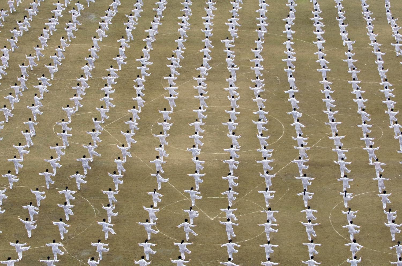 Студенти изпълняват Chinese Тайдзи, традиционна форма на китайските бойни изкуства, по време на церемония в чест на предстоящия Национален ден в Nanjing на 25 септември, 2009.