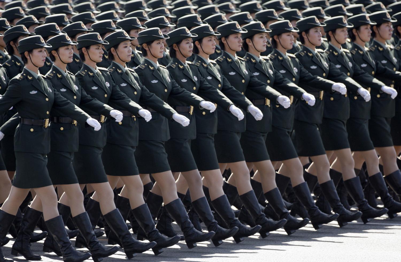 Войници от Китайската народна армия марширяват във формация по площад Тянанмън на многохиляден парад за отбелязване на 60-годишнината от основаването на Китайската народна република, 01 октомври 2009 г.
