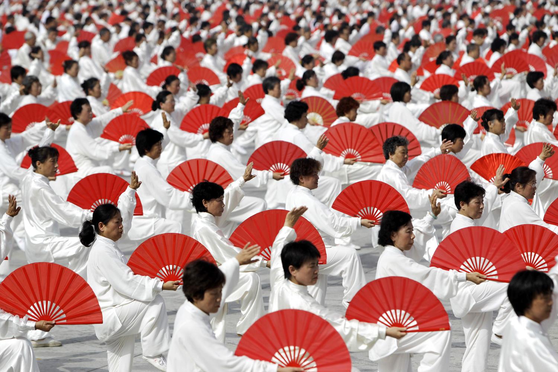 Участниците изпълняват Тайдзи по време на публичен фитнес  в Централния парк Olympic в Пекин на 14 август, 2010.