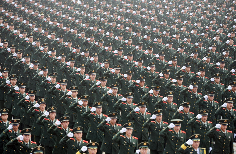 Хиляди войници от въоръжената полиция рисъстват на церемонията по клетватата  Младежките олимпийски игри  на 29 юли 2014 г., Nanjing, Китай.