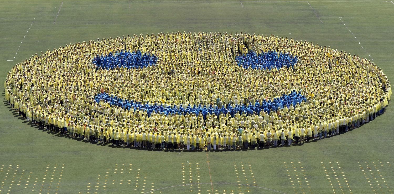 Учениците стоят в гигантско смайли, в опит да се подобри световен рекорд в чест на 110-та годишнина от своя университет в Нанджинг на 27 април 2012 г. общо 3110 ученици от Аграрния университет чупят световен рекорд за най-големите световни смайли, изпреварвайки световния рекорд от 2961 доброволци в Канада от юли 2011 г., съобщават местните медии.