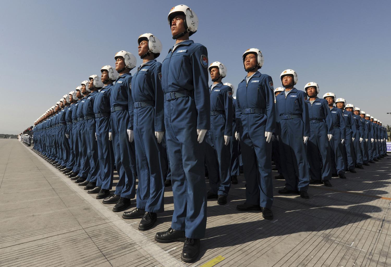 Членове на Военновъздушните сили на Китайската народна армия по време на тренировъчна сесия за 60-тата годишнина от създаването на Китайската народна република в покрайнините на Пекин 15 септември 2009