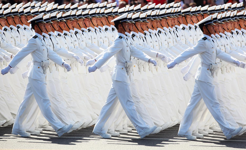 Моряците от Китайската народна армия маршируват по площад Тянанмън по време на честване на 60 годишнината от основаването на Китайската народна република на 1 октомври 2009 г. в Пекин.