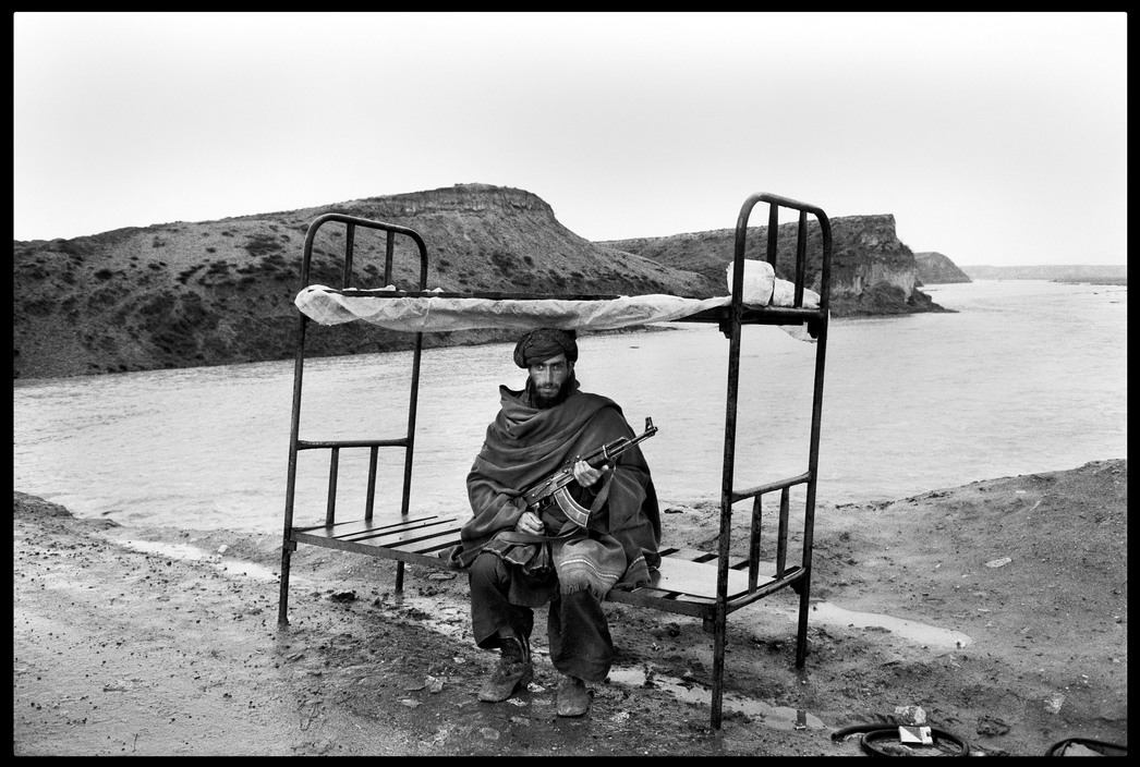 AFGHANISTAN. Near Kabul. A Mujahid of the Hezbi-Islami (Islamic party led by Gulbuddin HEKMATYAR) guards the road to the capital. 1992.
