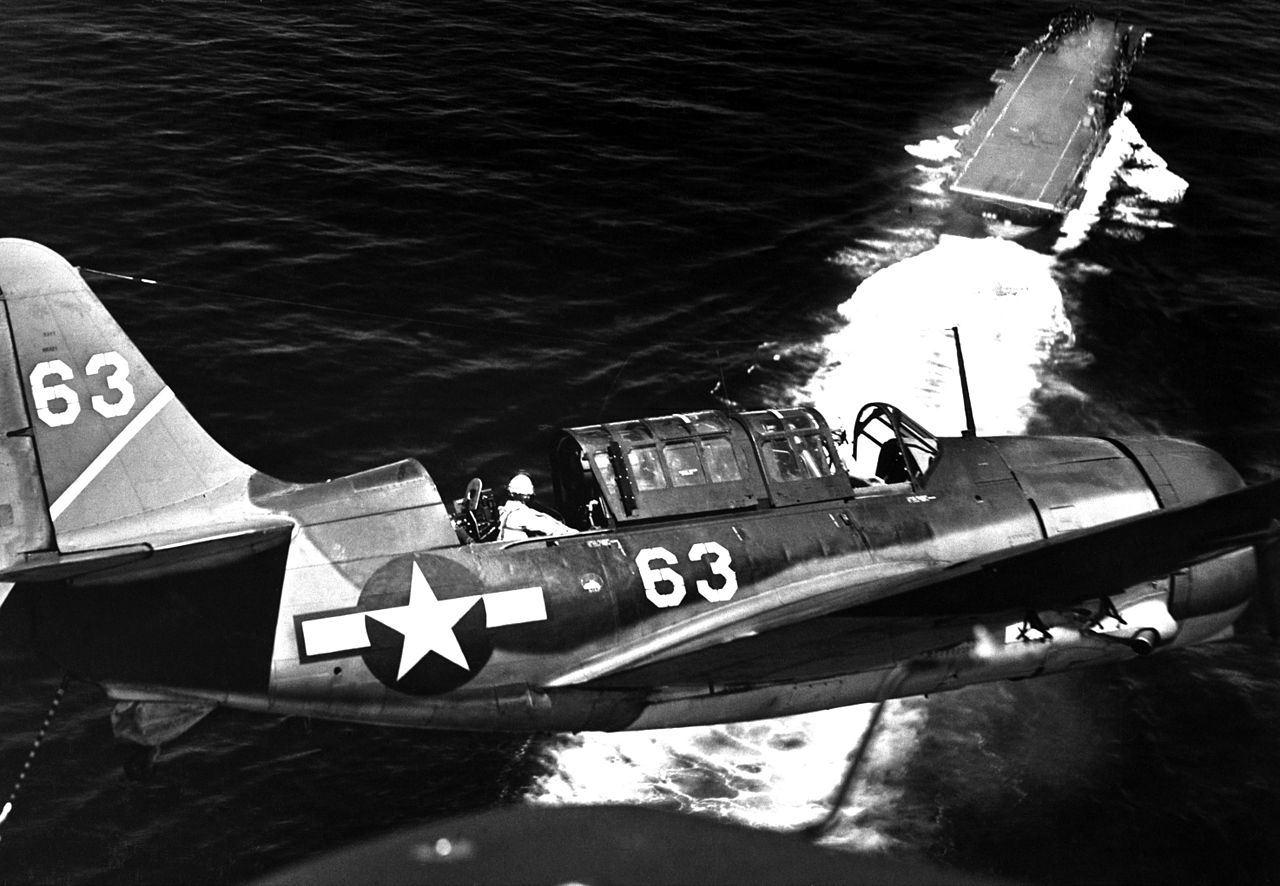 Къртис Хелдайвър SB2C захожда за кацане на борда на USS YORKTOWN, Юли 1944. (Navy)