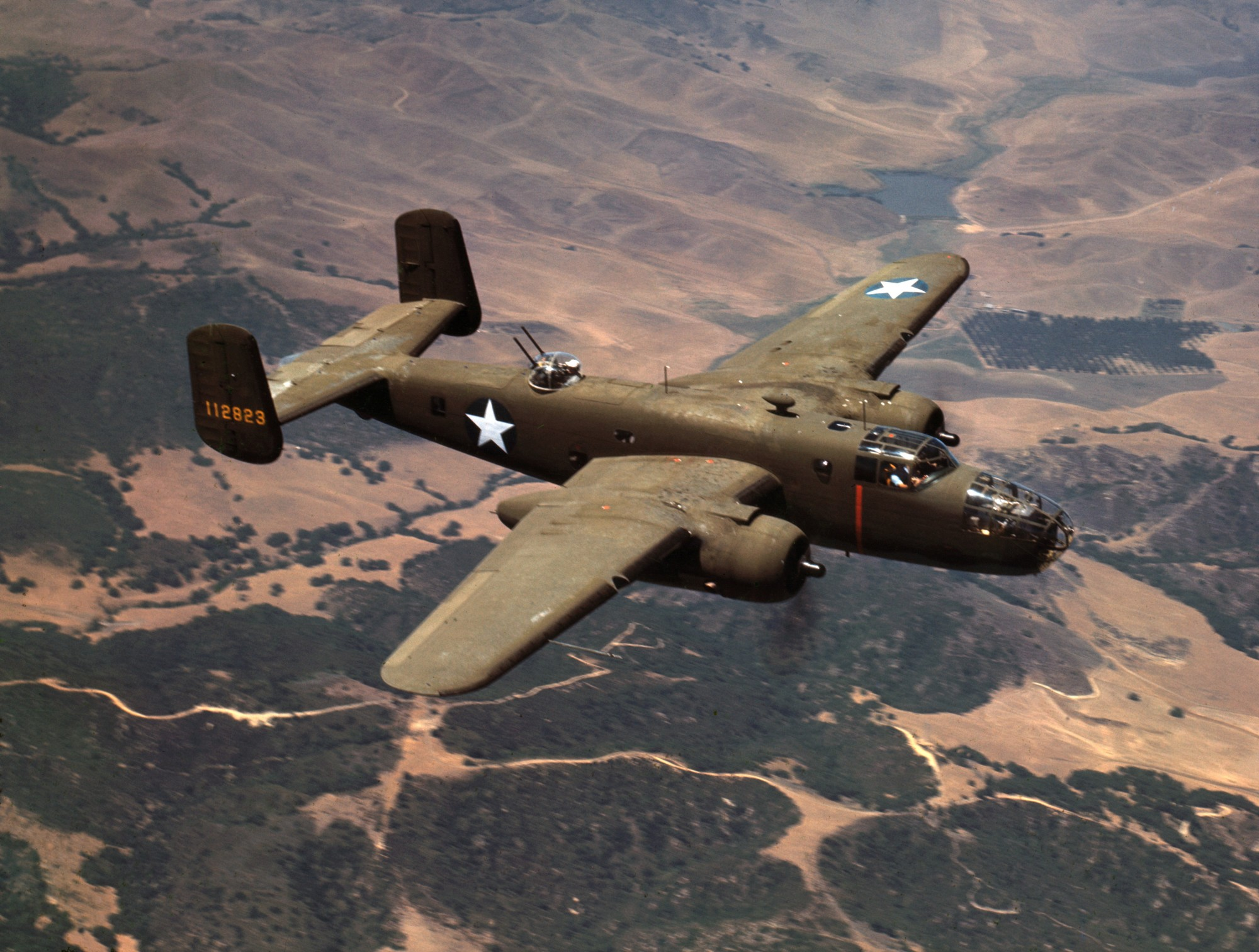 U.S. Army Air Force North American B-25C Mitchell – бомбардировачът в полет над Ингълууд Калифорния (САЩ)