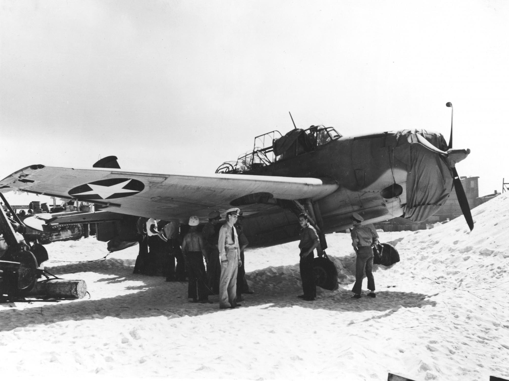 Фотография на единственият оцелял Авенджър (Grumman TBF-1 Avenger BuNo 00380, side number 8-T-1) от U.S. Navy Torpedo Squadron 8 (VT-8) на Източният остров Мидуей, малко след битката за Мидуей на 24 Юни 1942.