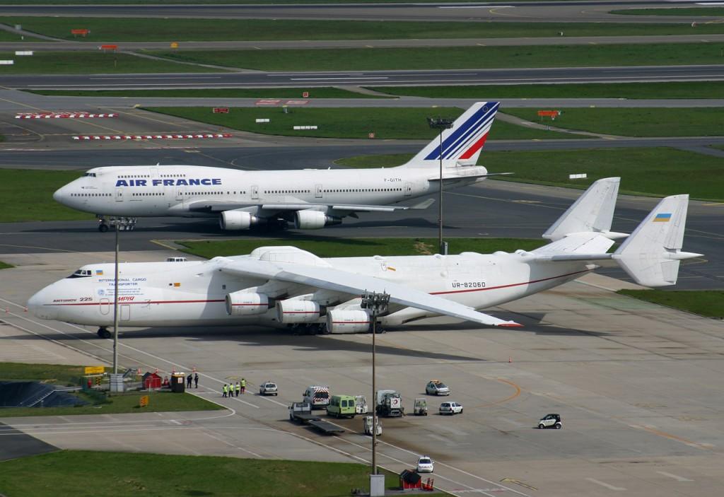An-225-Mriya-Mozhno-sravnit-s-Boingom-747.