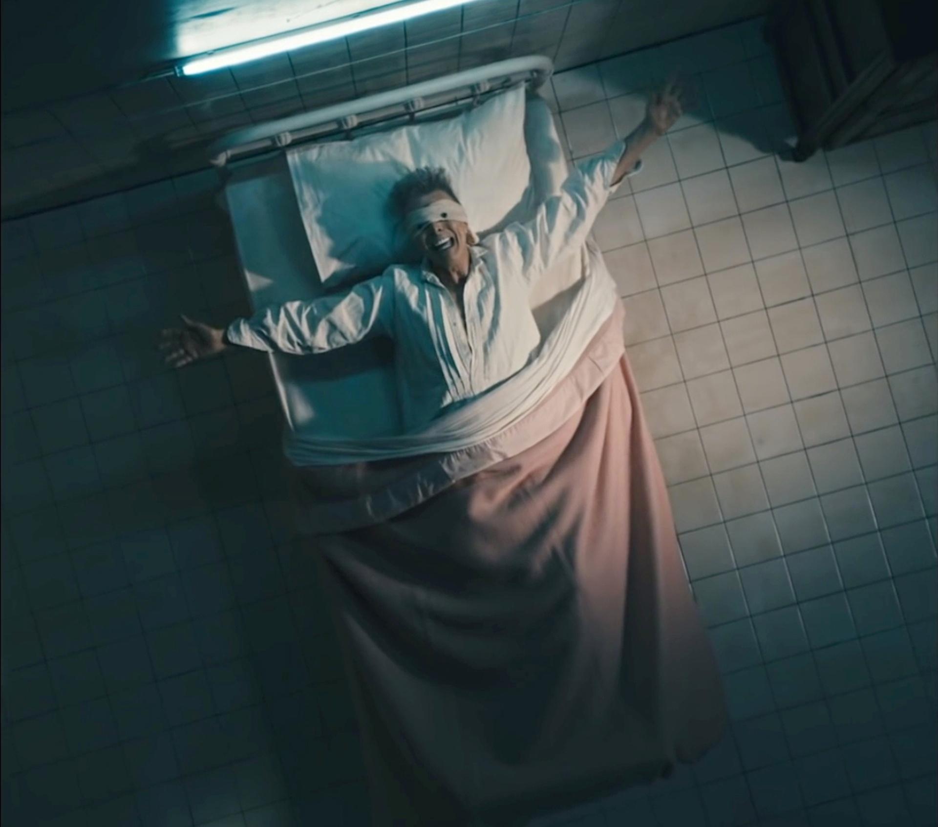 Дейвид Бауи с превързани очи в болнично легло в последния си сингъл Lazarus. Снимка: David Bowie Official