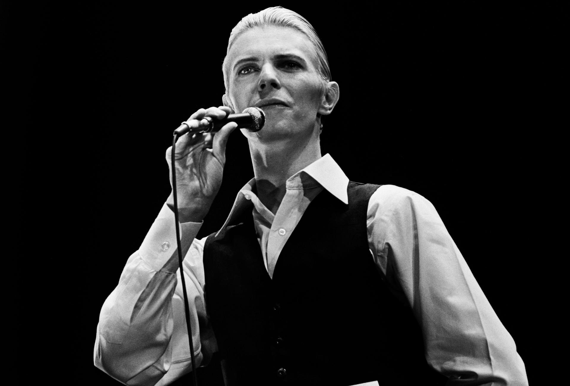 Дейвид Бауи изпълнява на живо от Ахой, Ротердам в края на неговото турне 1976 Thin White Duke World Tour Снимка: Gijsbert Hanekroot / Redferns
