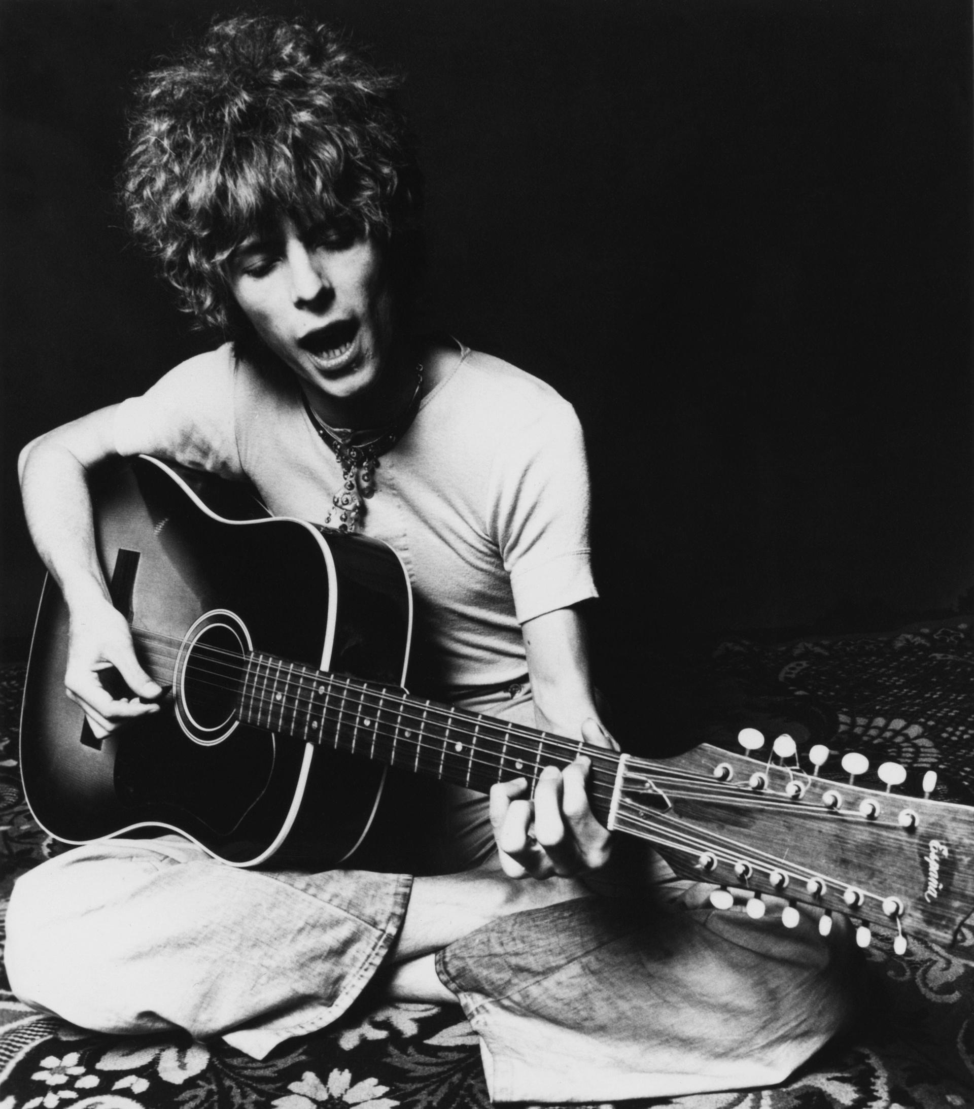 Дейвид Бауи свири на Espana 12-струнна акустична китара по време на представянето на Space Oddity през 1969 г. в Лондон Снимка: Michael Ochs Архив / Getty Images