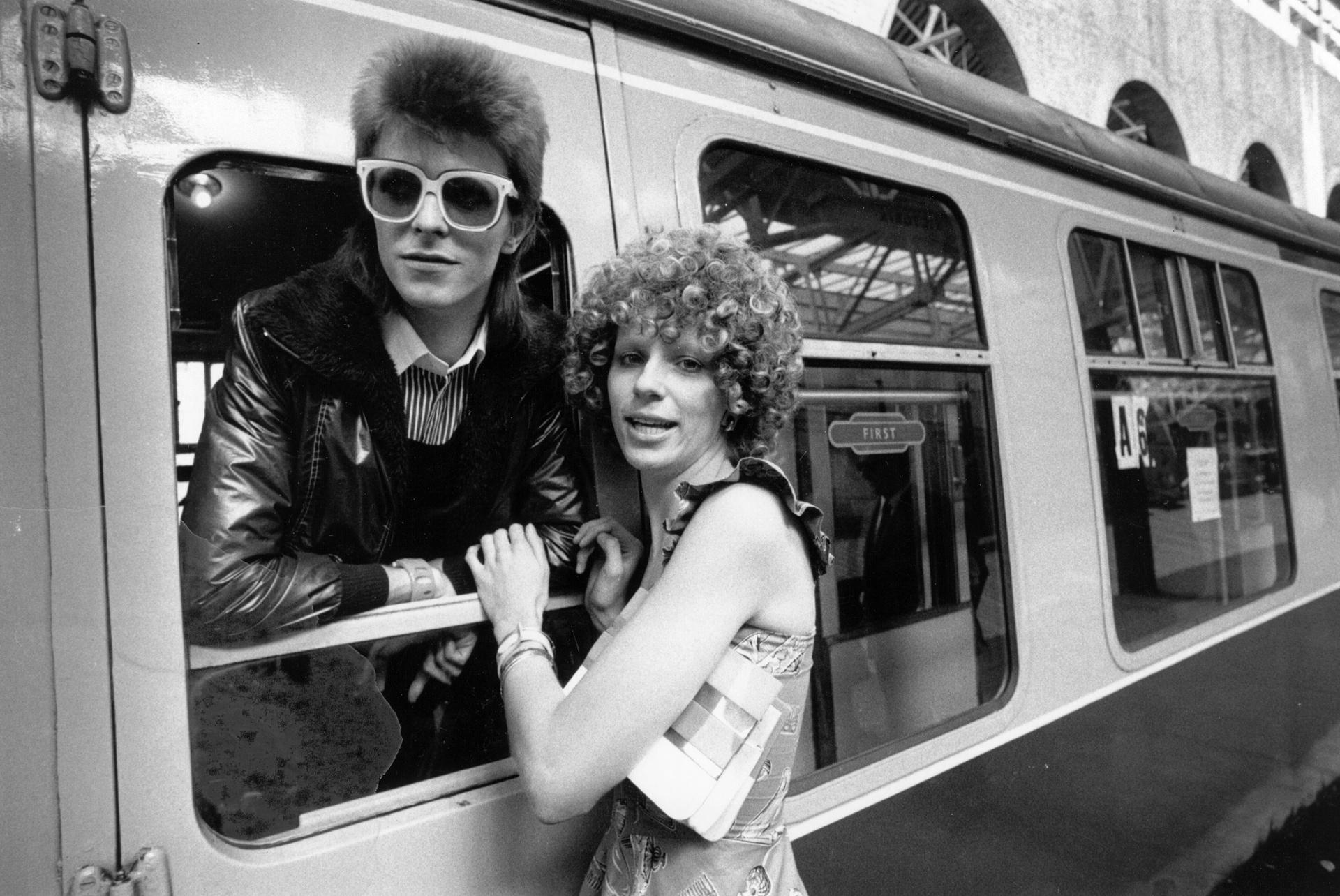 Дейвид Бауи на гарата и съпругата му Анджи през 1973 г. Снимка: Smith / Getty Images