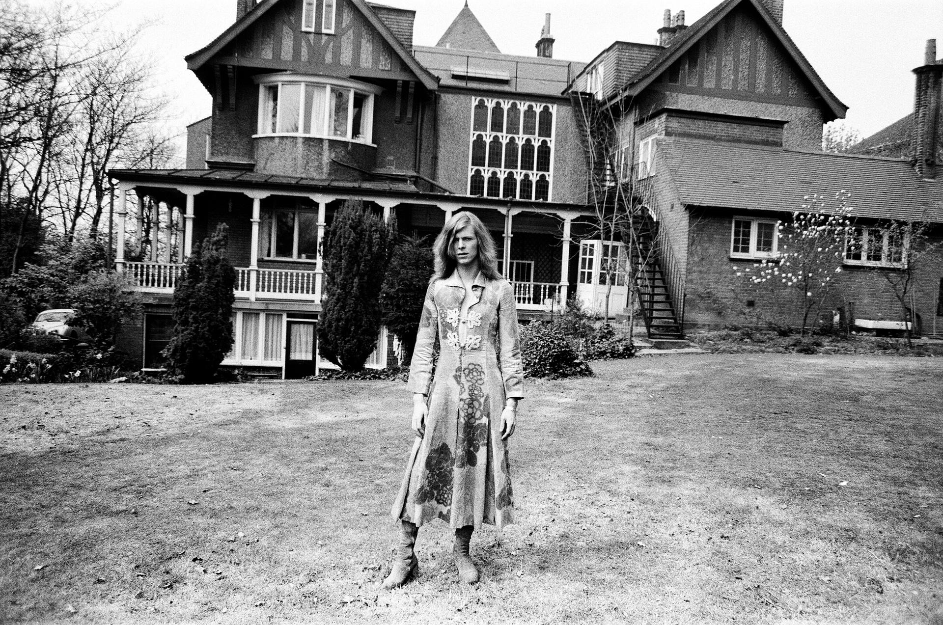 Дейвид Бауи в дома си, Хадън Hall, в Beckenham, Kent, през 1971 г. Снимка: Alamy