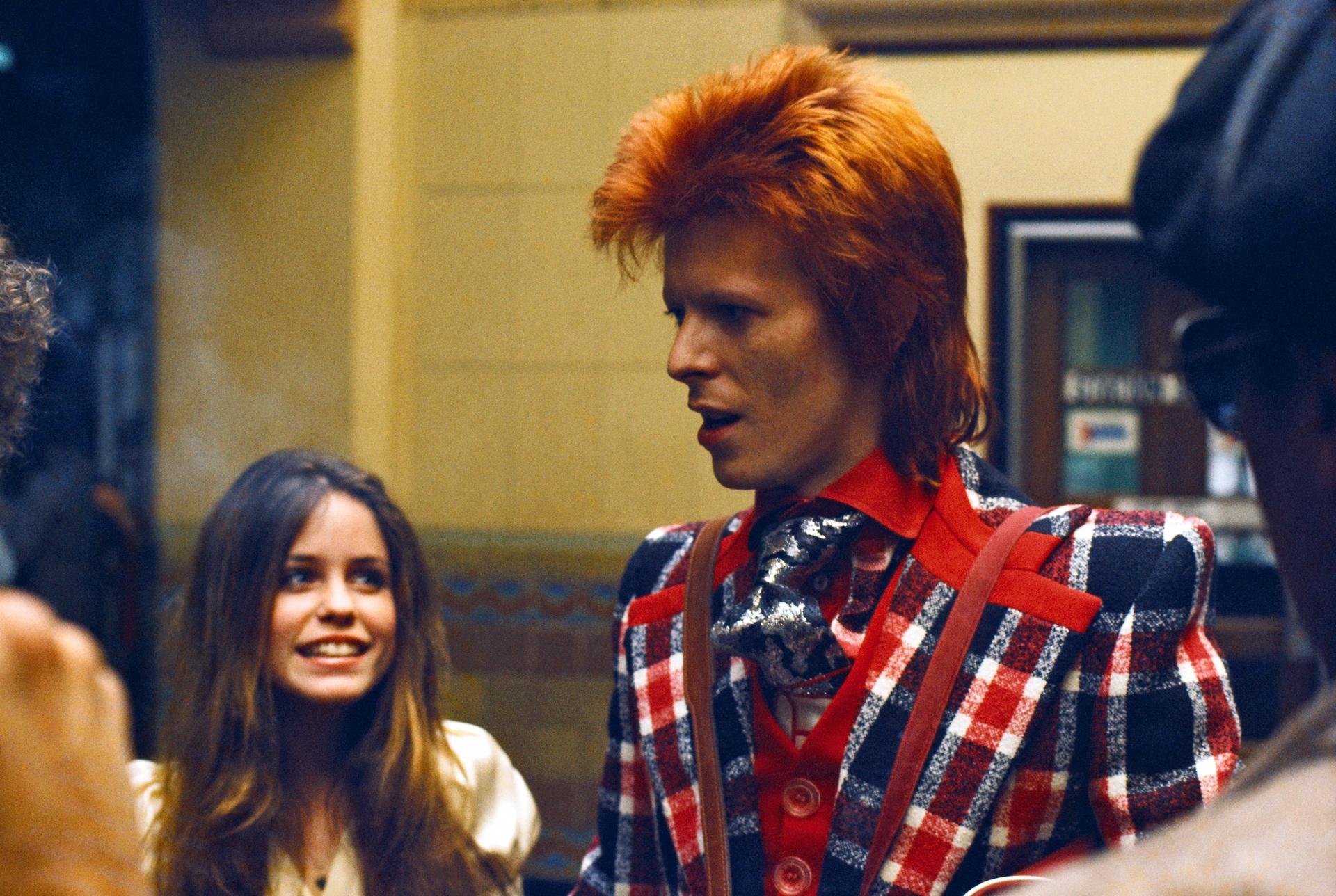 Дейвид Бауи с почитателка през 1973 г. в Лос Анджелис Снимка: Michael Ochs / Corbis