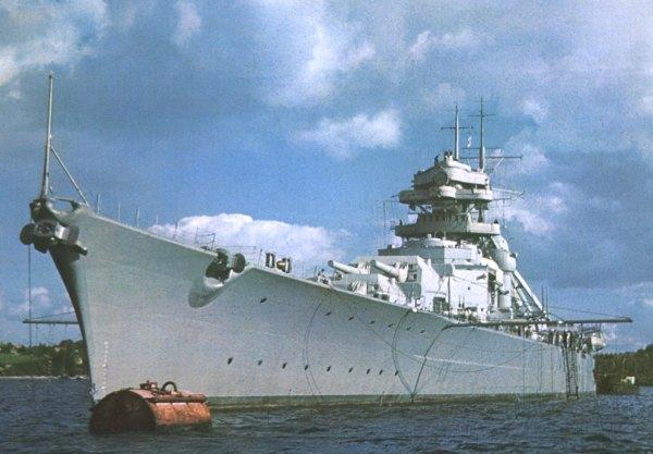 Бисмарк ,късният септември на 1940 г. в Кил-една от няколкото цветни снимки на кораба