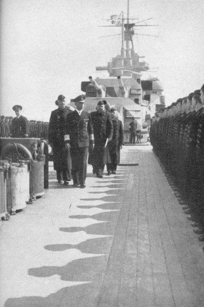 """Адмирал Лютйенс инспектора екпажа на """"Принц Ойген"""", 18 май 1941"""