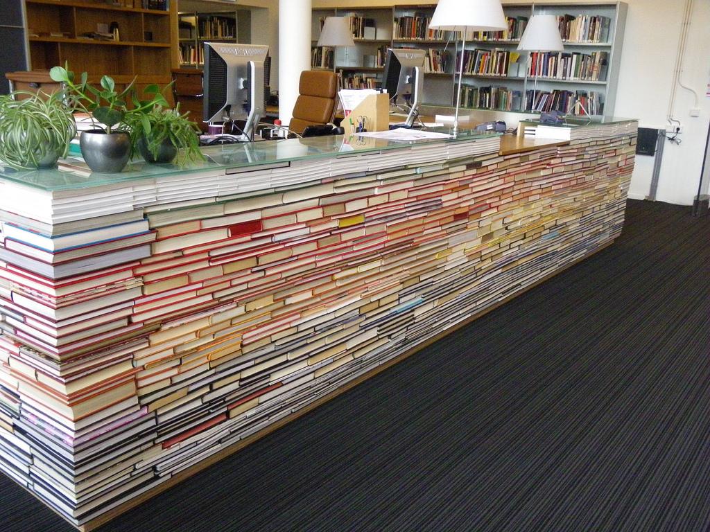 """1. Бюро изработено от книги… Ние от """"Filter Digest""""спокойно бихме го превърнали в книжен бар… Наздраве!"""