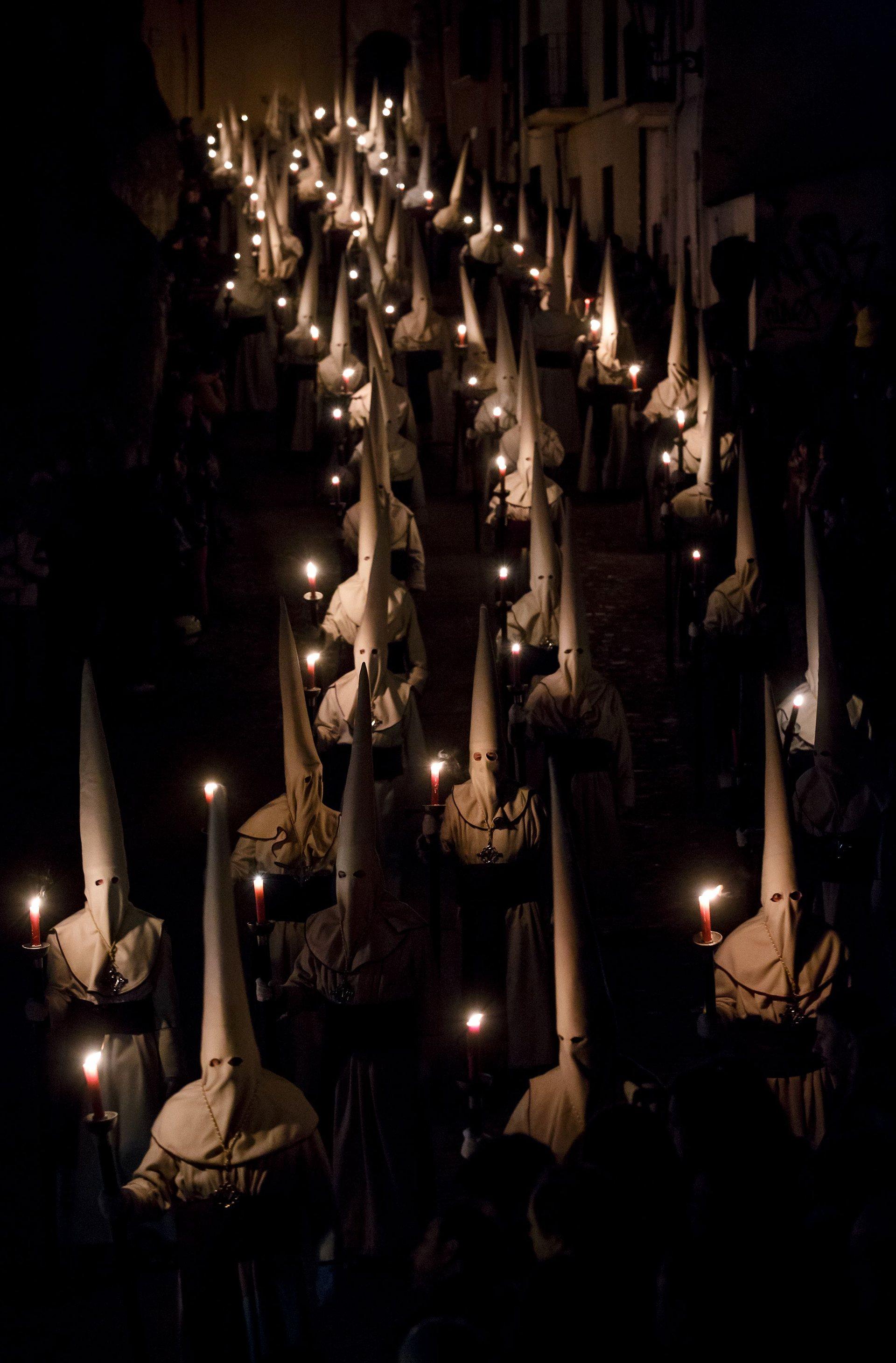 Замора, Кастилия и Леон Членове на братството Исус Ясенте на шествие със свещи на Велики четвъртък Снимка: Cesar Manso / AFP / Getty Images