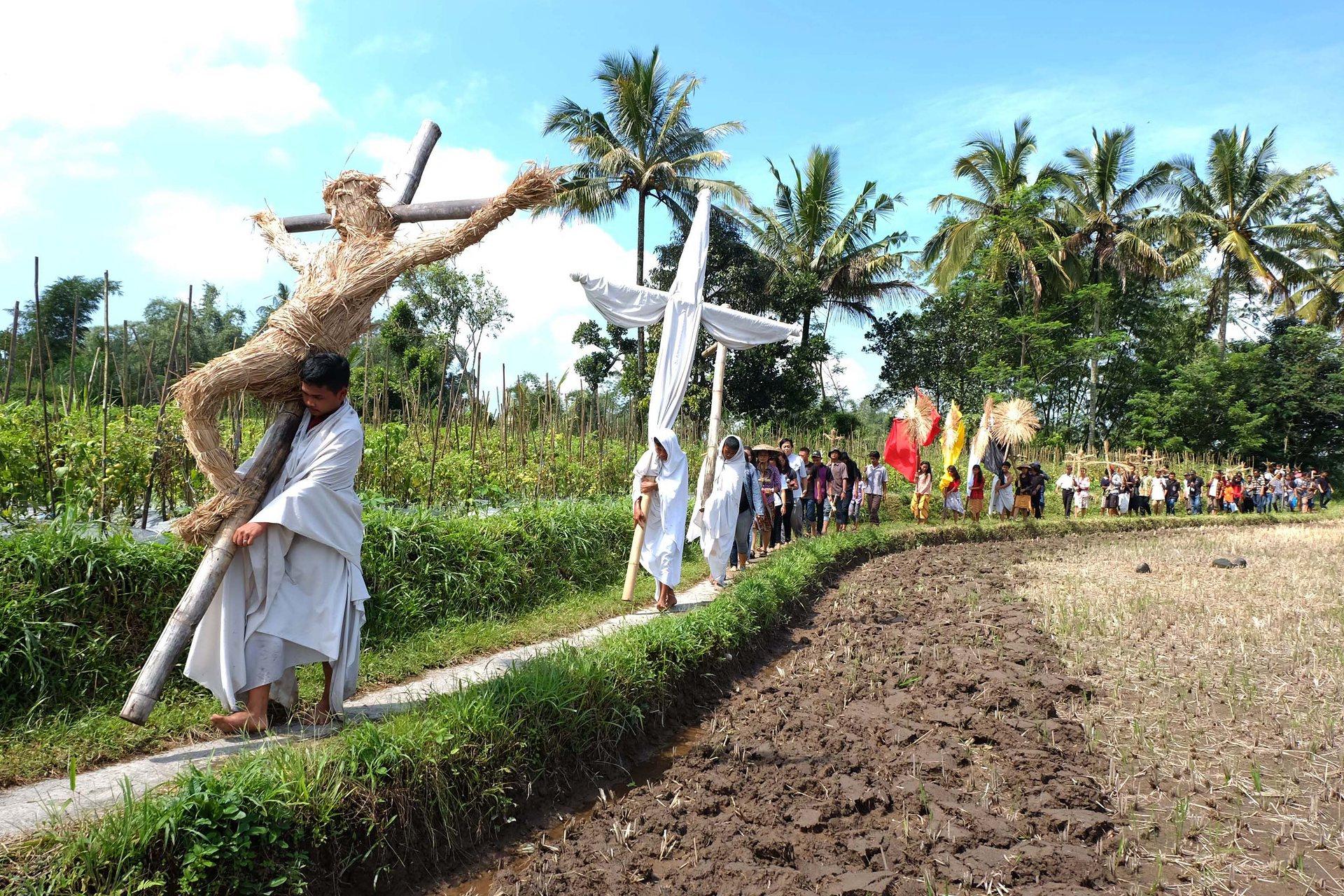 О. Ява, Индонезия Християни носят кръстове по време на шествие за Разпети петък в Магеланг Снимка: Citta Yuwati / AFP