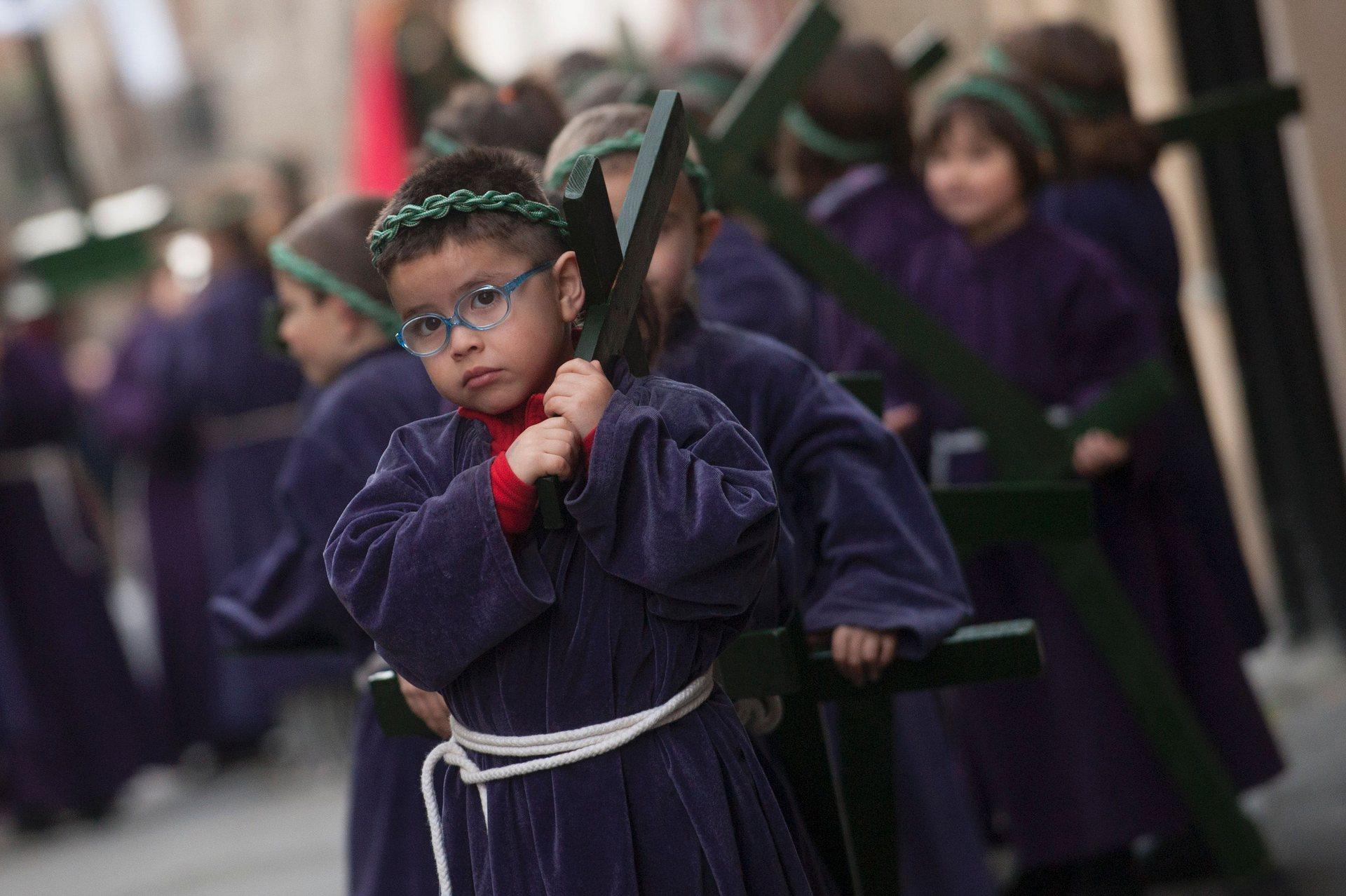 Сегура, Джипузкоа Децата носят кръстове по време на парад в северното баски село Снимка: Gari Garaialde / AFP / Getty Images