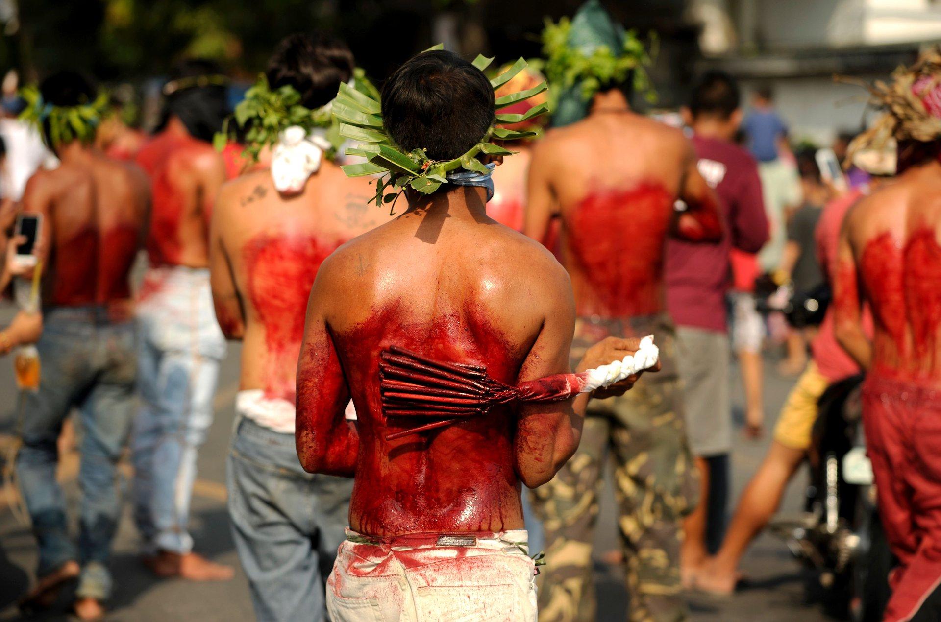 Пампанга, Филипини Поклонници си удрят с бамбуков камшик гърба им по време на възстановка на разпятието Снимка: Noel Celis / AFP / Getty Images