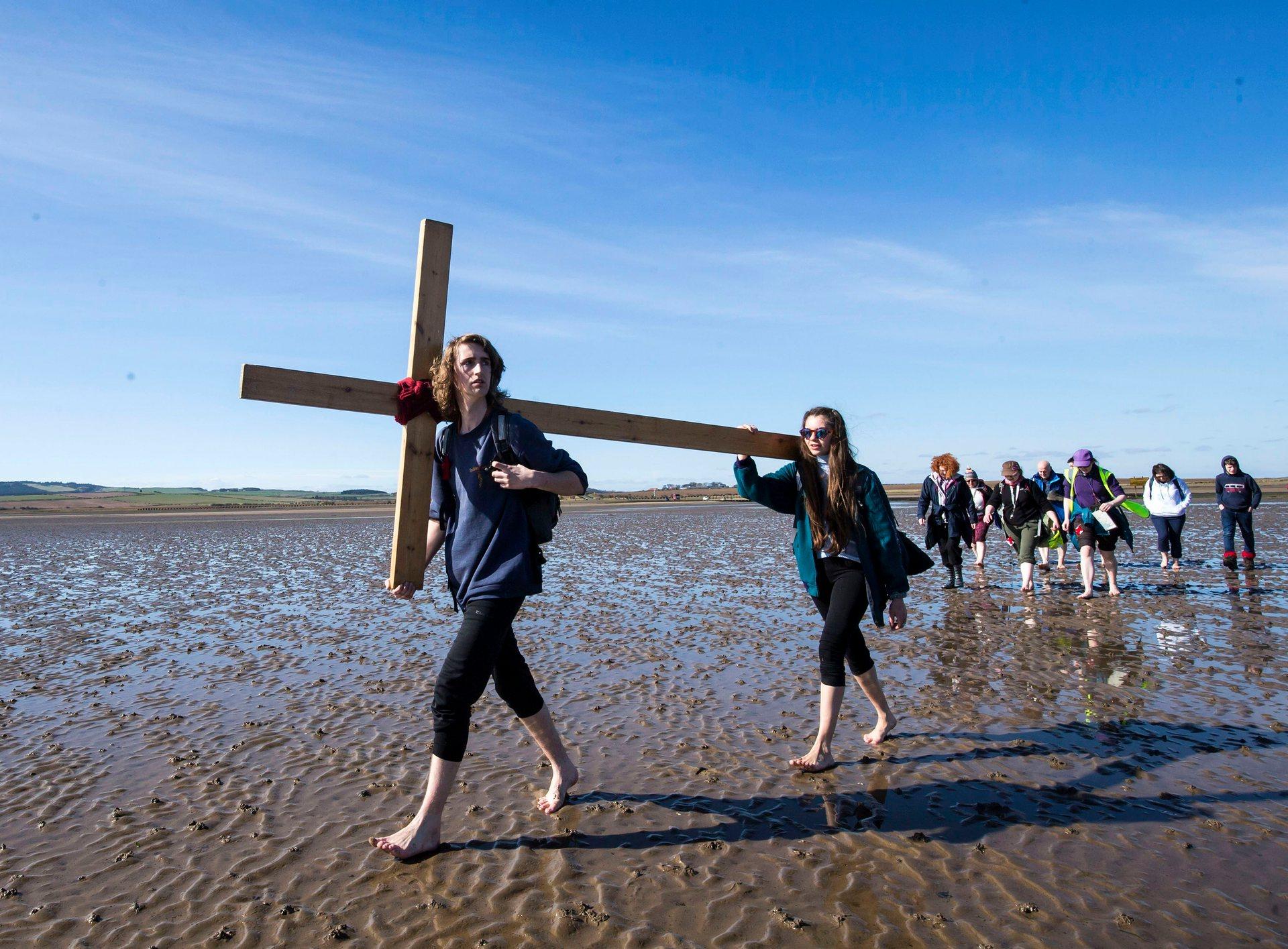 Беруик-ъпон-Туид, UK Повече от 35 години групи поклонници ходят заедно от различни места в северната част на Англия и Шотландия до свещения остров Линдисфарн. Снимка: Дани Лоусън / PA
