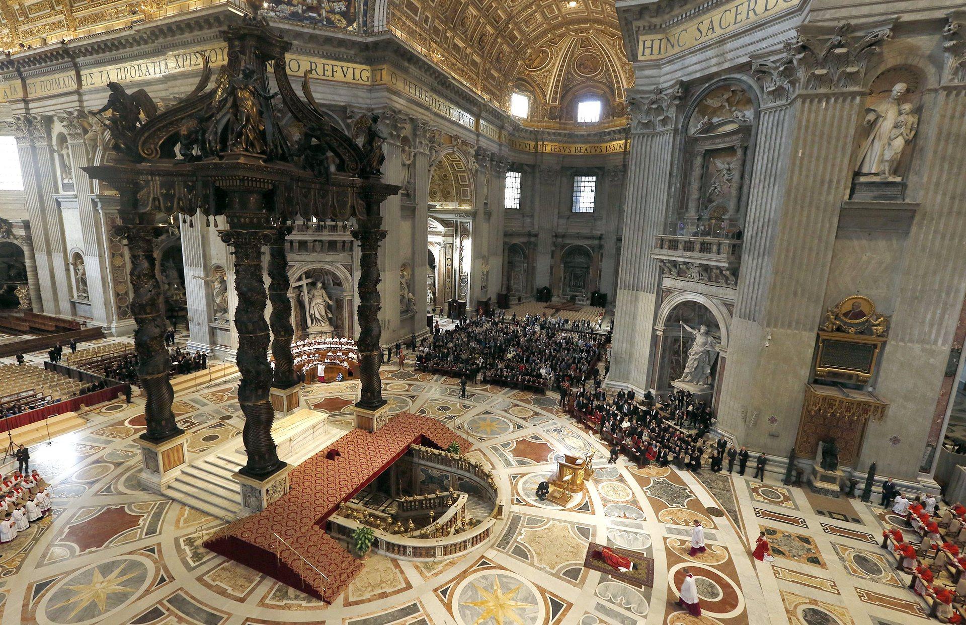 Ватикана, Италия Папа Франциск се моли легнал по време на Страстната седмица на Разпети петък в базиликата Свети Петър Снимка: Alessandro Bianchi / AFP / Getty Images
