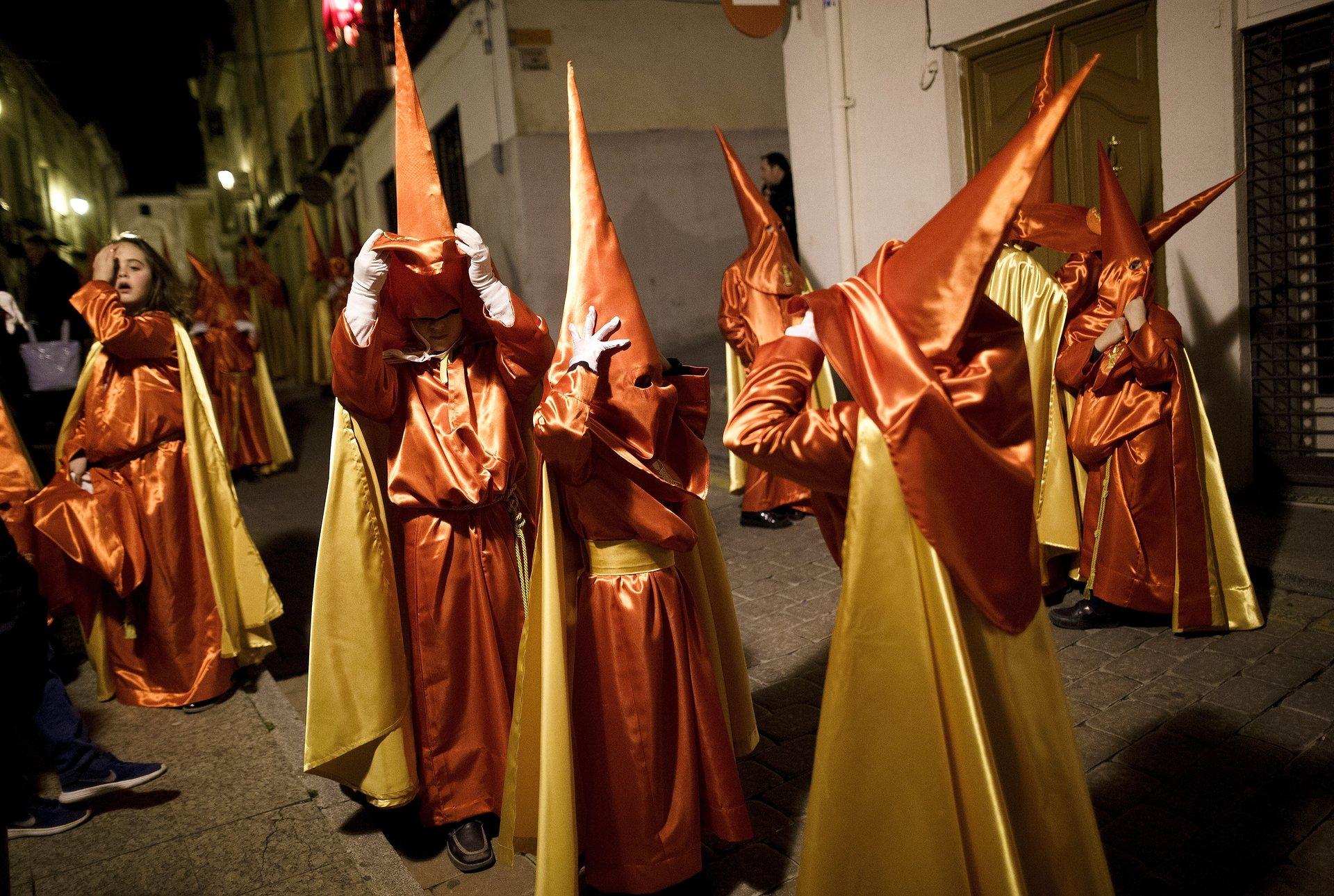 Каравака де ла Крус, Мурсия Деца от братството на Сантисимо Кристо де ла Мизерикордиаa премахват техните качулки в края на шествието Снимка: Пабло Blazquez Домингес / Getty Images