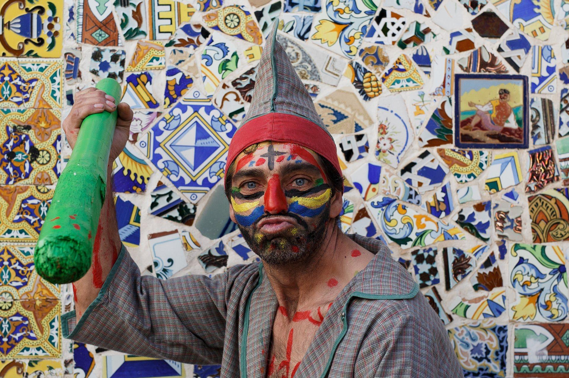 Куевас дел Алманзора, Андалусия Мъжете се обличат като клоуни и тормозят Исус, когато той дефилира по улицита, носещ кръста. Снимка: Пабло Blazquez Домингес / Getty Images