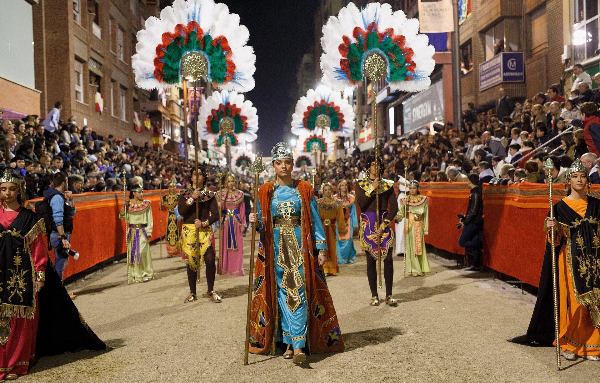 Лорка, Мурсия, Испания Страстната седмица се празнува в цяла Испания със стотици костюмирани шествия по улиците. Изпълнителите от музея на Пасо Бланко пресъздават истории от Библията в град Лорка Снимка: Пабло Бласкес Домингес / Getty Images