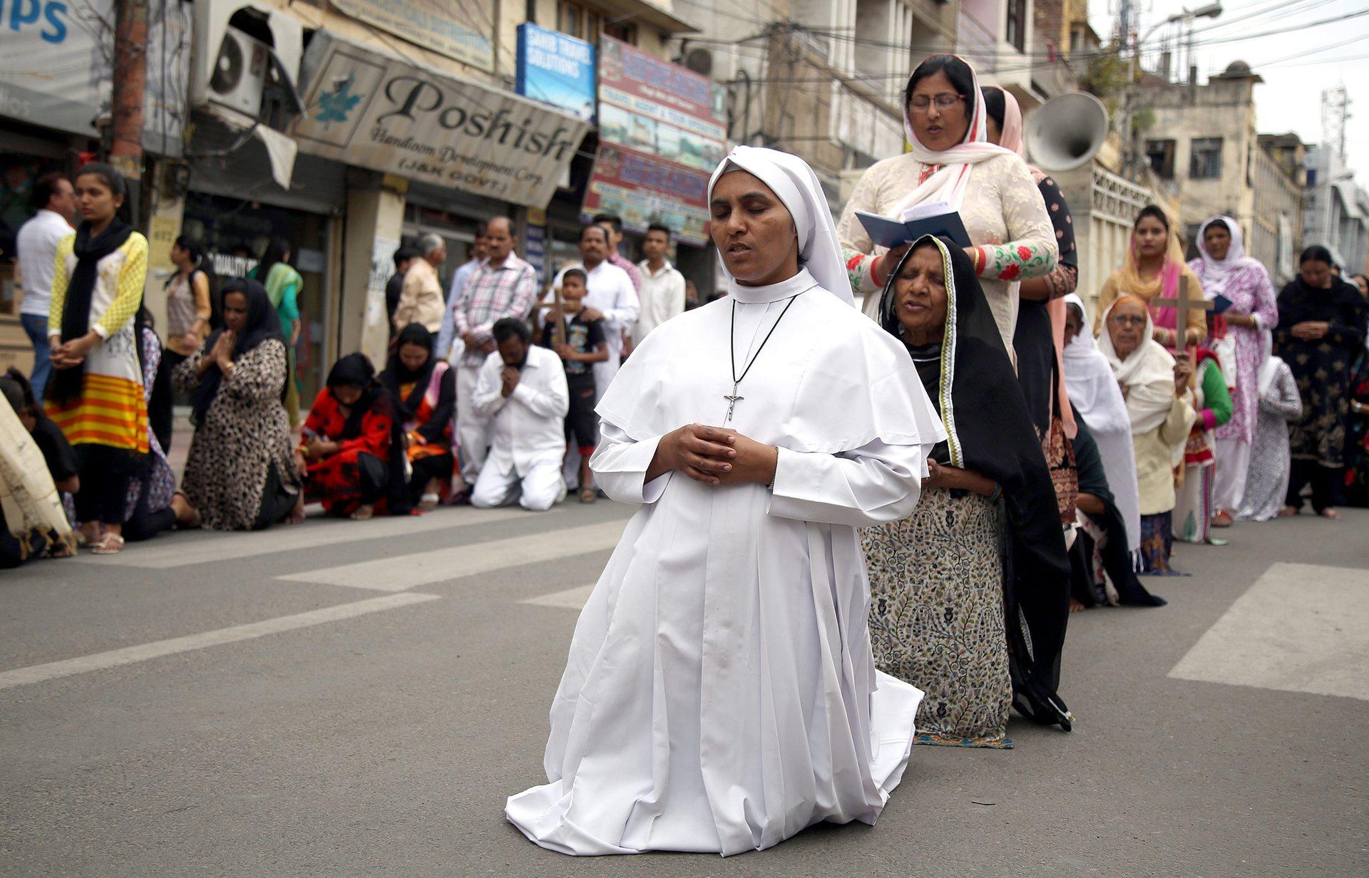 Джаму, Индия Християните се молят, възпоменавайки смъртта на Исус Снимка: Jaipal Сингх / EPA
