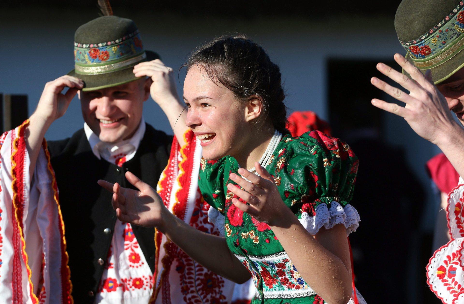 Mezőkövesd, Унгария Млада жена мокра до кости, след като мъже я поливат с вода в народната традиция на Великден Снимка: Янош Вайда / EPA