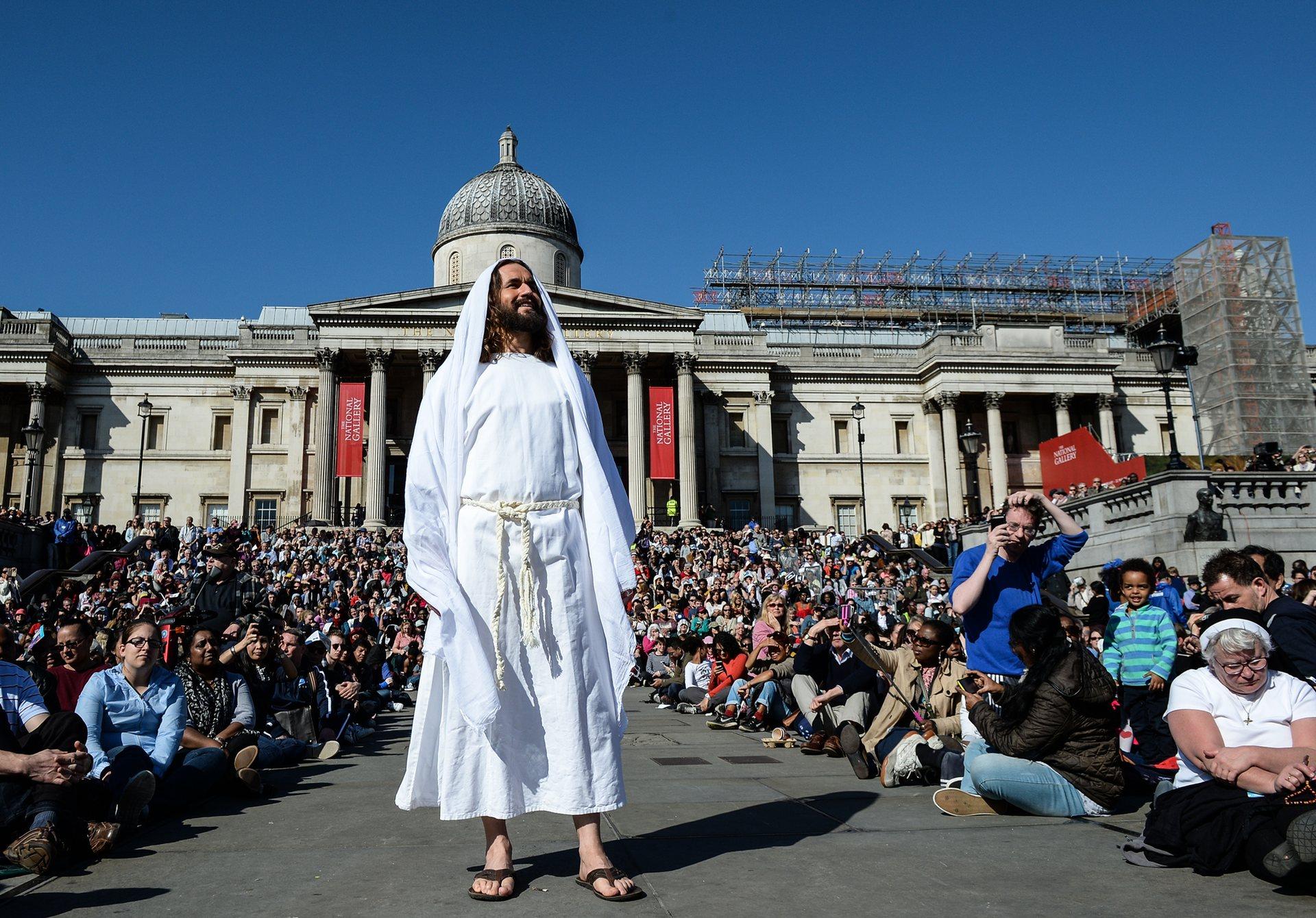 Лондон, Обединеното кралство Актьорът Джеймс Бърк-Дънсмор играе Исус в изпълнение на открито на Страстите на Исус на площад Трафалгар Снимка: Крис Ratcliffe / Getty Images