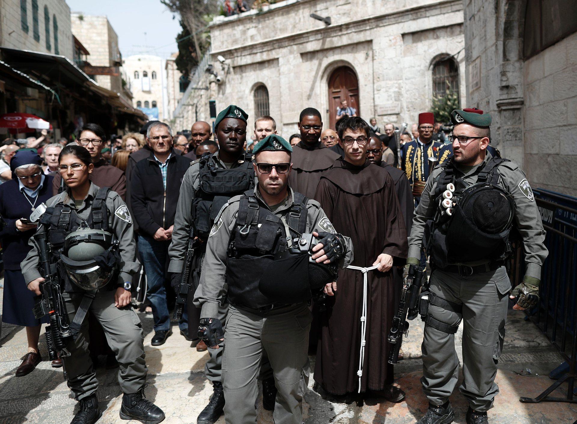 Йерусалим, Израел Полицаи ескортират францискански свещеници по протежение на Виа Долороса (Пътят на Страданието) в Стария град – маршрутът, който Исус Христос извървява с кръста, за да бъде разпънат, според традицията Снимка: Thomas Coex / AFP / Getty Images