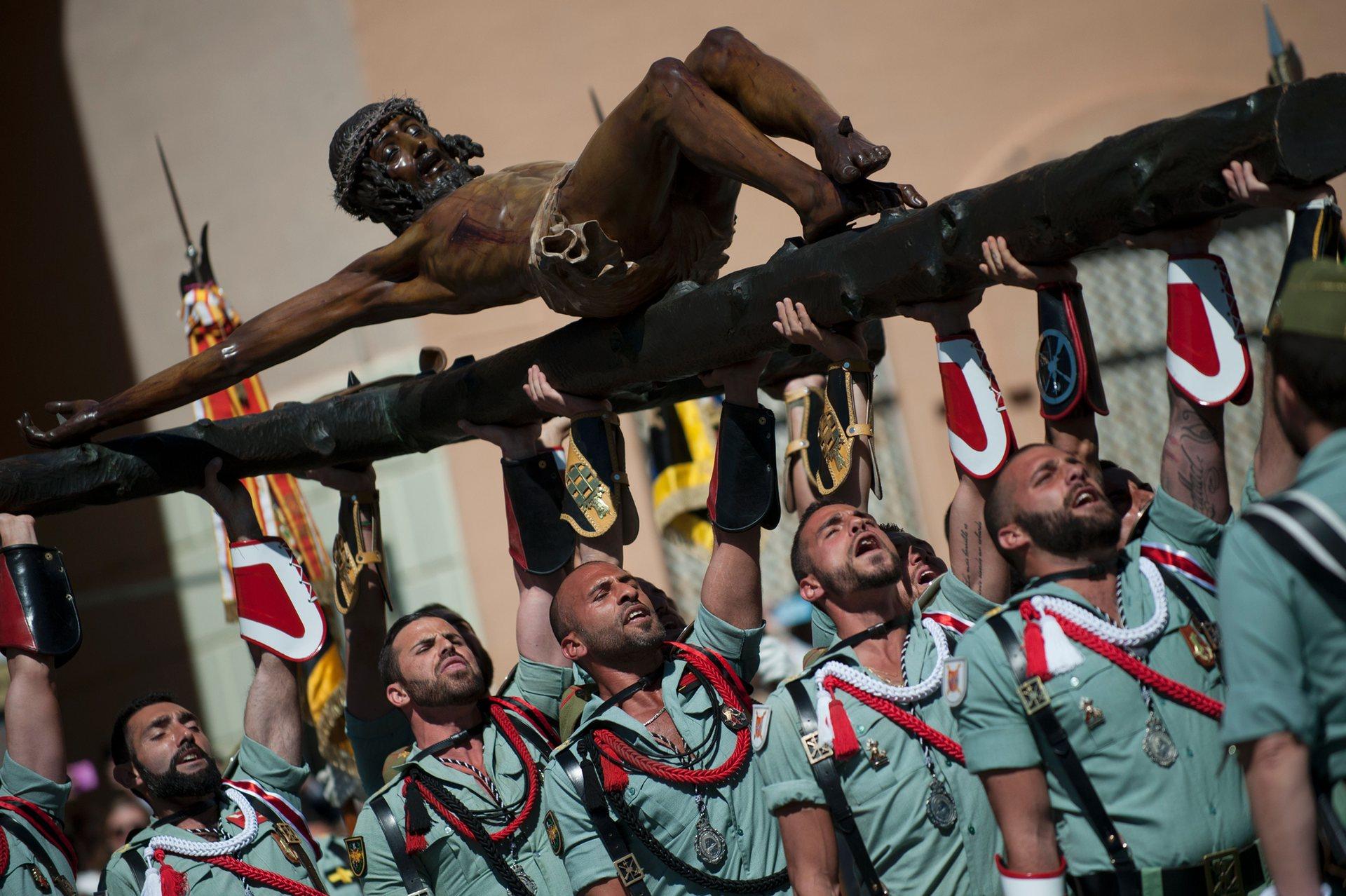 Малага, Андалусия Членове на испанския легион носят статуя на Христос Снимка: Хорхе Гереро / AFP / Getty Images