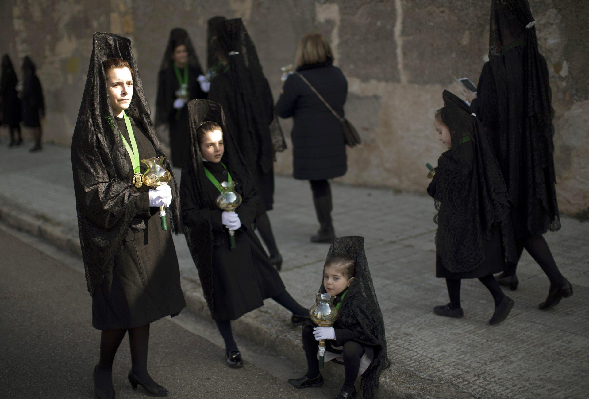 Замора, Кастилия и Леон Жените носят традиционни мантии, а дантеленият воал се носи над висок гребен, който се нарича пейнета, покриващ главата и раменете Снимка: Emilio Morenatti / AP