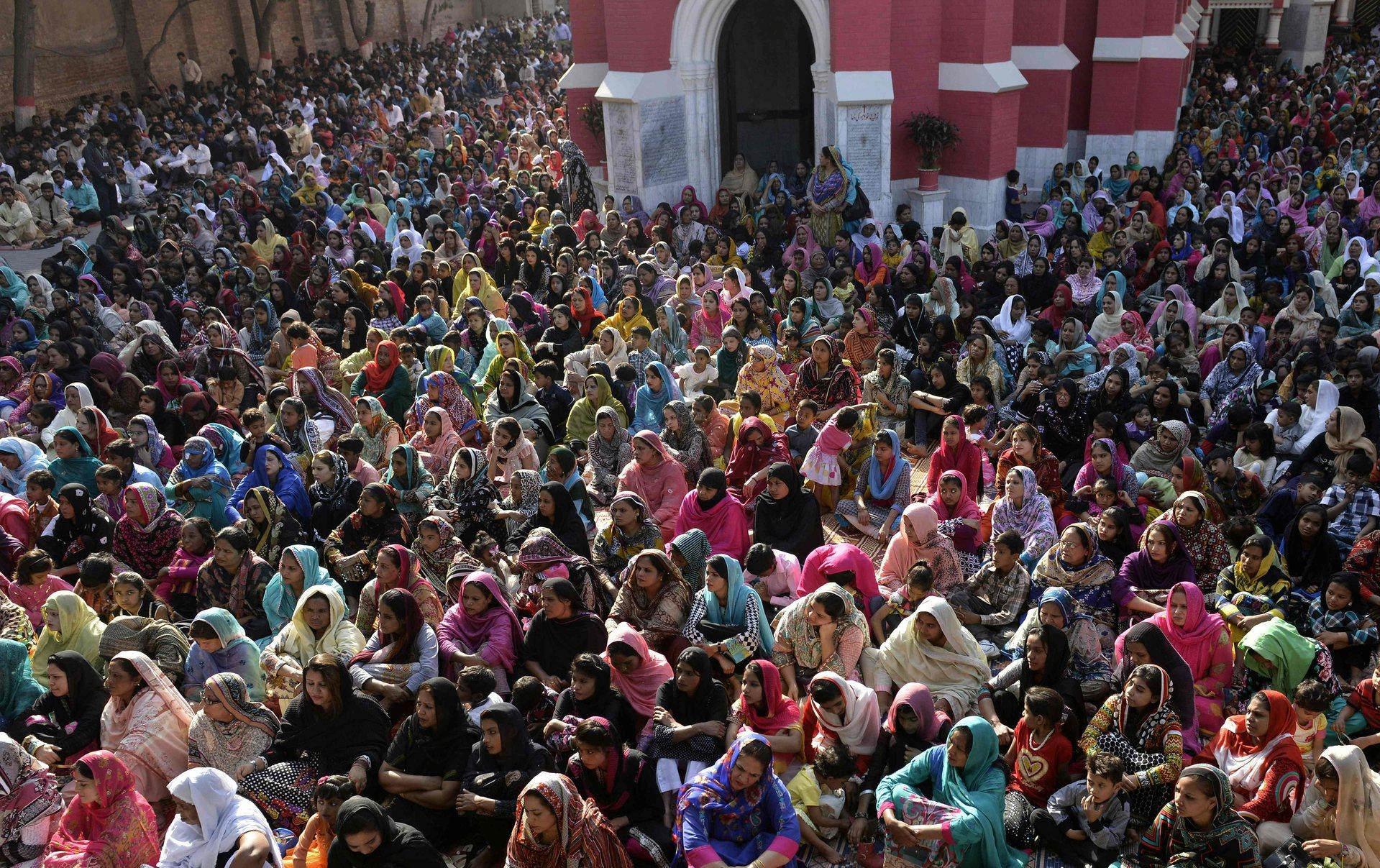 Лахор, Пакистан Поклонници посещават масово църквата Св. Антъни Снимка: Ариф Али / AFP / Getty Images